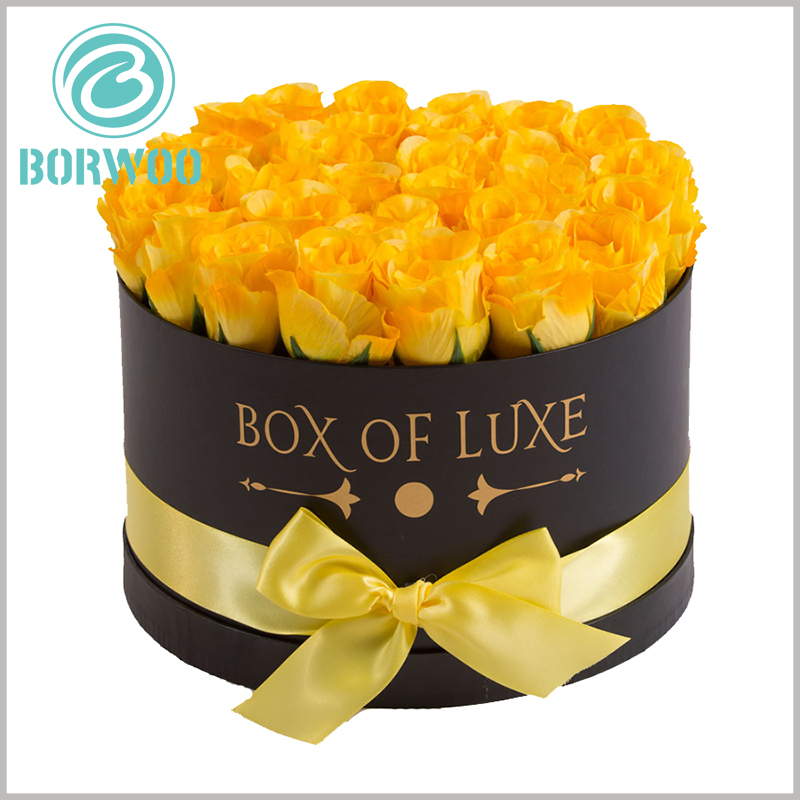 Large round gift boxes for flower packaging. The body of the flower round boxes is printed with the brand name and promotional slogan, prompting customers to make a purchase decision.