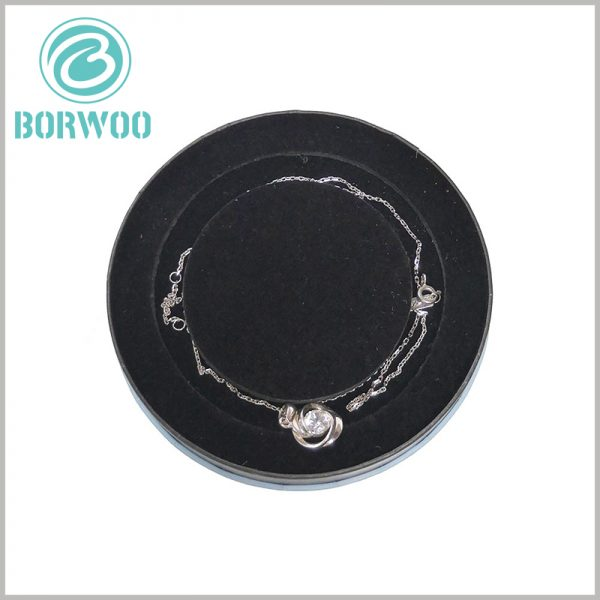 Small jewelry tube boxes for necklaces. There is a special shaped insert inside the necklace package, and the soft flocking cloth can prevent the necklace from being scratched or damaged.