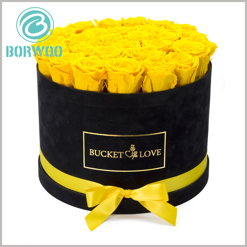 black round gift boxes with lids for flower packaging. Use yellow silk towels as gift bows to increase the value of flower gift boxes and the importance of products.