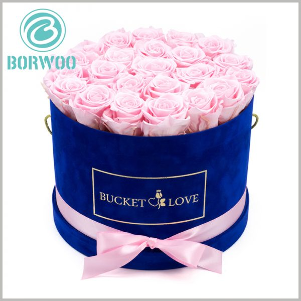 blue round gift boxes with lids for flower packaging. The flower gift box is equipped with a handle to make it more convenient to carry flowers and make the product experience better.