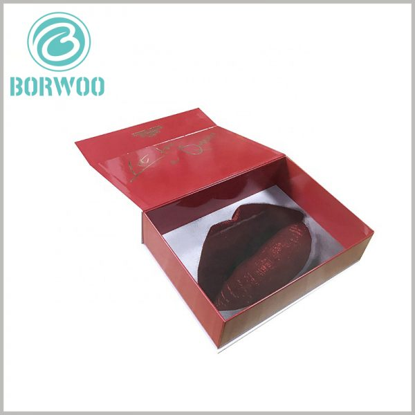 creative lipstick gift boxes wholesale. The most attractive pattern of the white cardboard boxes is the red lip print. Printing the brand name bronzing on the lip print is the best way to promote the brand.