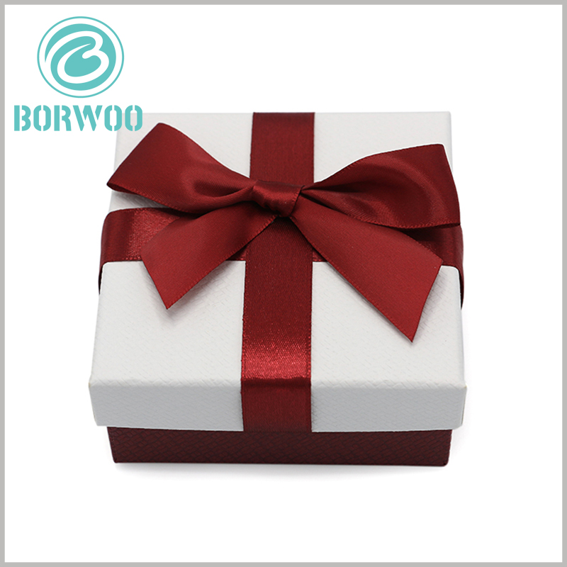 small cardboard gift boxes with bows. Gift bows play a very large decorative role in packaging, which is very helpful for enhancing the value of gifts.