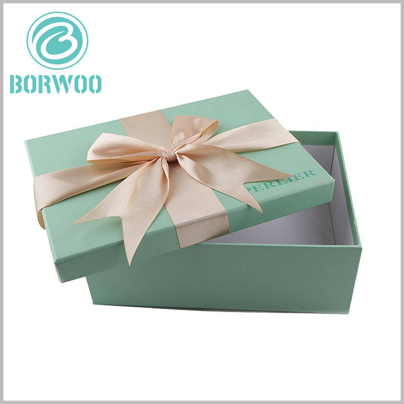 small cardboard gift boxes with lids and with bows. Printing the brand name in a specific location of the gift package can promote brand promotion and construction