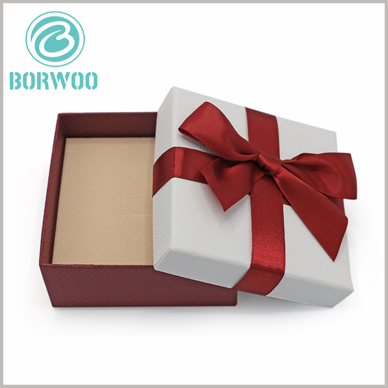 small jewelry gift boxes with bows. There are inserts inside the custom packaging, which can play a role in fixing the product and protect the product and safely delivered to the customer.