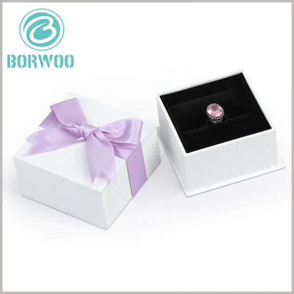 white square cardboard necklace boxes. Customized jewelry packaging is a miniaturized packaging, which saves material and purchase costs.